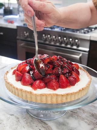 Cuando tú've got them where you want them, drizzle the thickened balsamic glaze over the berries.