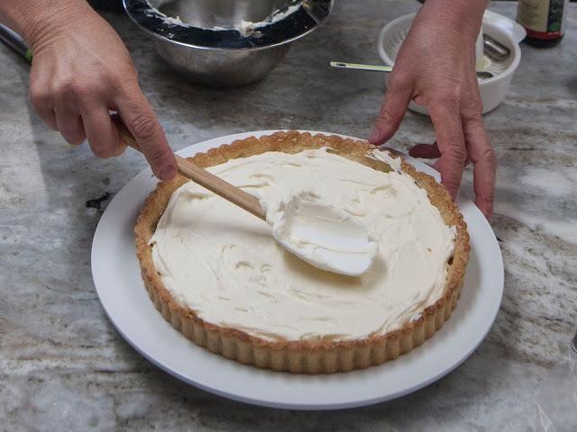 ... y difundirlo. Llene la tarta de shell.