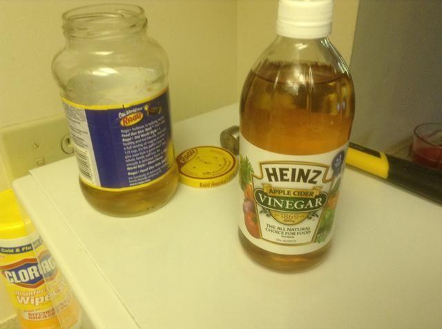 Vierta aproximadamente 1/2 taza de vinagre de sidra de manzana en el albañil / pastas frasco.