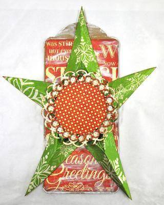 Utilice dos troqueles círculo y cortar un 3 3/4 y 3 1/4 pañito de madera aglomerada y papel. Pegue los papeles a la madera aglomerada, se adhieren el más grande de su estrella. Utilice cuadrados de espuma para fijar la más pequeña.