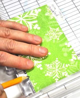Ahora haga una marca de lápiz en cada pieza en la parte superior punto cuatro pulgadas e inferior de cada pieza.