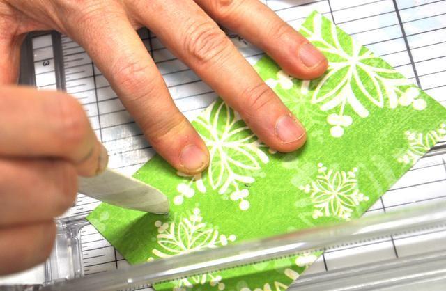 Ahora anotar desde la esquina inferior izquierda y la esquina inferior derecha hasta el punto tres pulgadas en la línea de pliegue medio.