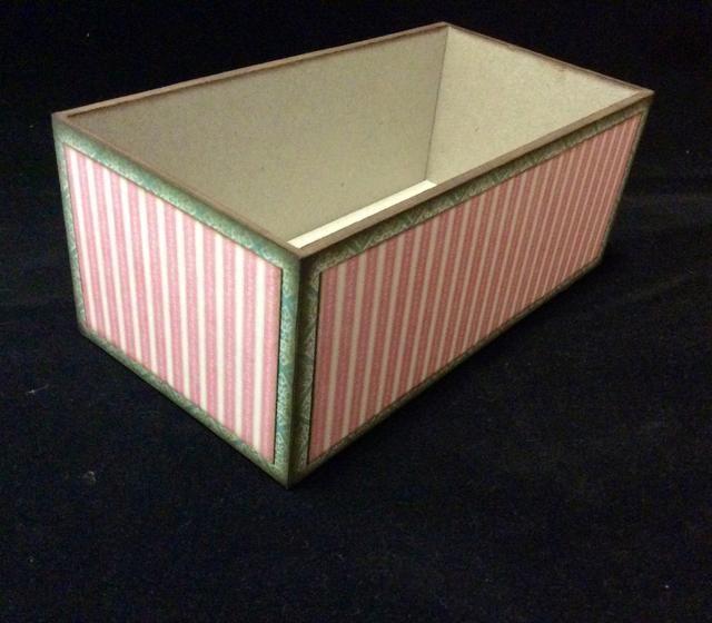 Cortar el 2º esteras capa de la base a 2 1/8 x 5 3/4 y 2 1/8 x 2 7/8, 2 de cada tamaño. Un poco de tinta de los bordes para disfrazar el núcleo de papel y se adhieren a los lados de la base.