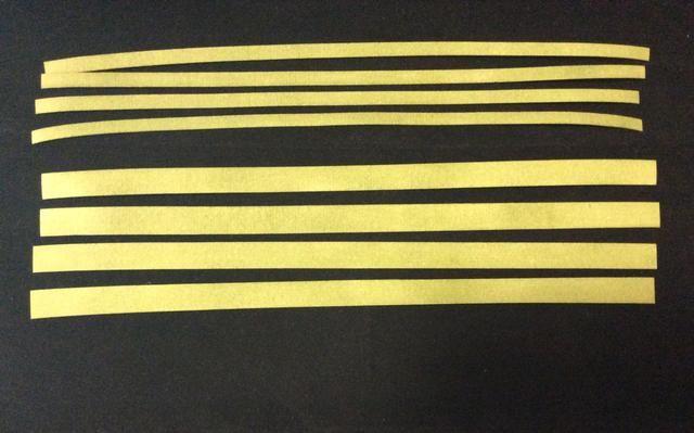 Cortar tiras de papel de grunge en 1/2 y 1/4 pulgadas de ancho, 4 de cada ancho y tinta con tinta angustia. calor o secar al aire antes de su uso. Aplique cinta de puntuación con espalda de tiras.