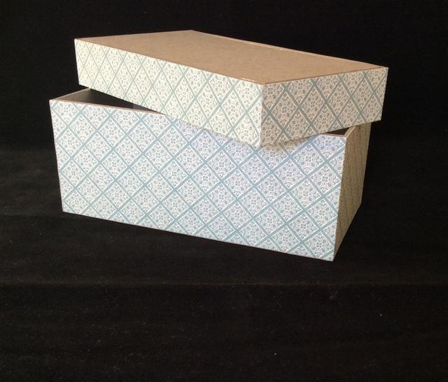 Patrón Cortar tiras de estera de papel de dos a 1 x 12 pulgadas y dos de 2 1/2 pulgadas x12. Se adhieren a los lados de la tapa y la base de dos lados a la vez y recortar el exceso.