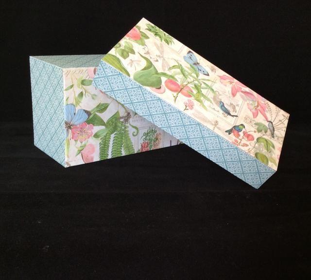 Cortar con dibujos tapetes de papel para la parte superior e inferior a los 6 1/4 x 3 1/4 pulgadas. Recorte si fuera necesario. Adherirse al principio y al final con cinta SCOR.