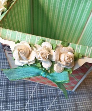 Añadir la cinta y / o flores, amuletos o adornos que decide etiquetar agujeros.