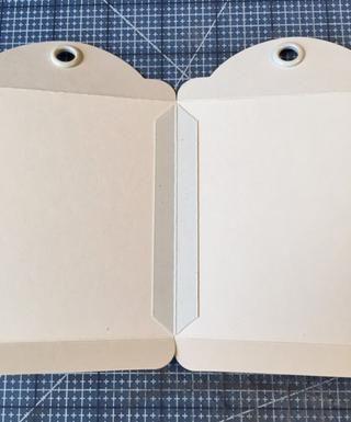 Coloque las etiquetas juntos en el interior con tiras de construcción. Para las tiras de construcción, corte 3 cuartas
