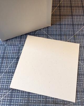 Corte un cuadrado de cartulina al tamaño de la caja. (Utilice ancho de etiqueta como la medición de la plaza).