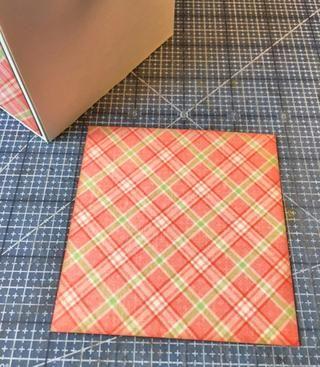 Cortar papel con diseño para el exterior ligeramente menor que las superficies exteriores.