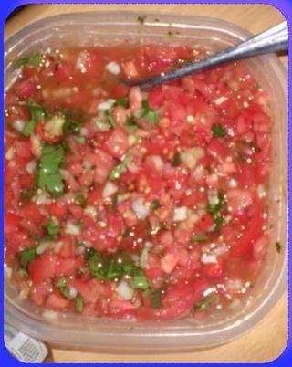 Hacer algunos lados llamados sambals en cubitos una cebolla y dos tomates Picar un poco de cilantro y los chiles del Anuncio de azúcar morena sal Vinagre poco y pimienta y mezclar y sabor refrigere mejor al día siguiente
