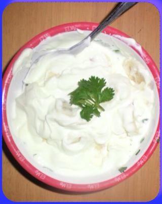 Rodajas de algunos plátanos y añadir un poco de yogur griego