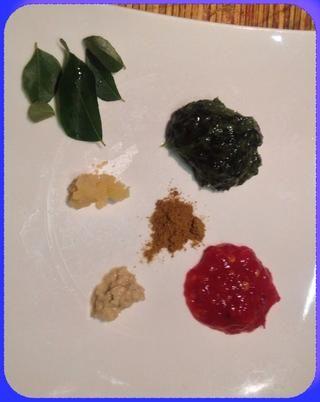 Justo antes de servir echar un poco de todo lo que fue y lo hace en el curry. Polvo de curry de cilantro y chile de la pasta de ajo machacado y el jengibre y mezclar para el curry