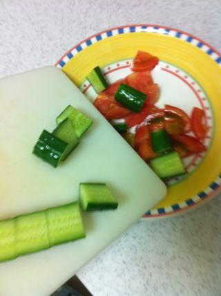 Añadir a la taza con los tomates