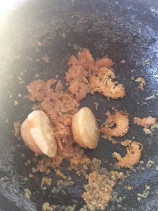 Añadir el azúcar de palma y seguir libras hasta que's broken into small pieces.