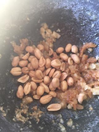 Añadir los cacahuetes y sal, seguir libras hasta que's broken into small pieces.