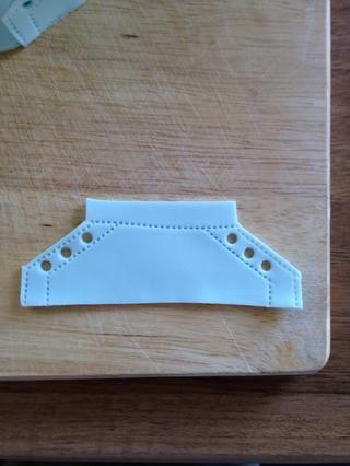Agregue un poco de'stitch' detail to the shoe and holes for laces