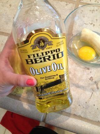 Añadir el aceite de oliva. Encontramos este fondo de mi despensa. Casi tenía que llegar muy italiano y utilizar la OO Ajo Yo suelo usar para cocinar. Llamada cerrada.