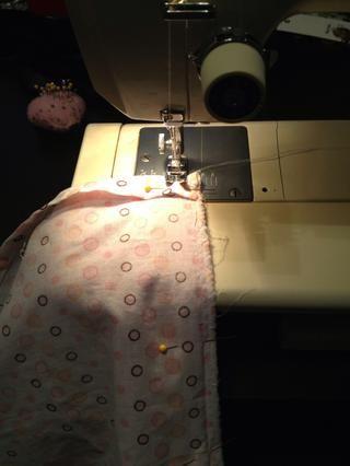 Una vez que nuestros tejidos miden y acabados. Pin su tela y toalla derecho lados (impresos) frente. Luego coser hacia el otro lado. * siempre una copia de coser. * flip Una vez cosida la tela sobre.