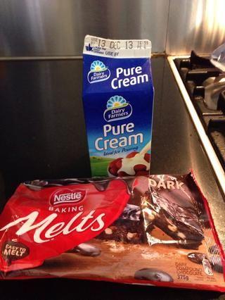 Hacer una ganache de chocolate ..... 2 piezas de chocolate se derrite por 1 parte de crema pura.