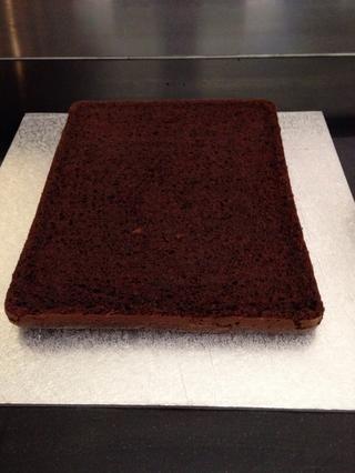 Coloque la capa inferior de la torta en una placa de la torta.