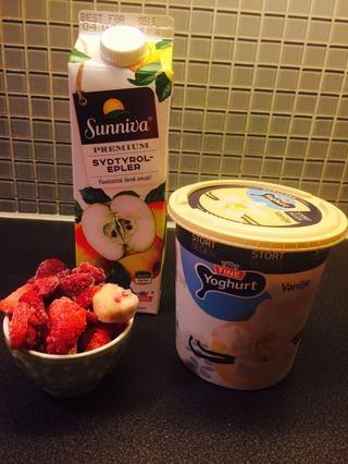 Ingredientes: Jugo de manzana, la fruta congelada mezclada (plátanos, frambuesas y fresas), yogur de vainilla