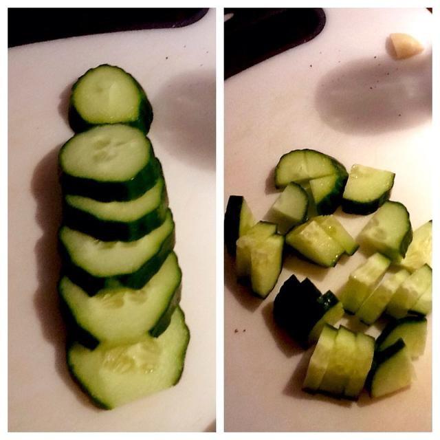 A continuación, cortar el pepino en rodajas de 1/2 pulgadas, entonces trimestre las rebanadas.