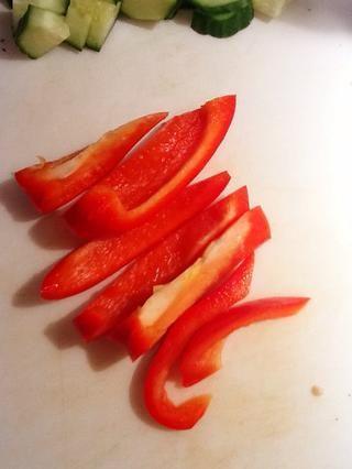 Cortar el pimiento en rodajas. Es posible que desee cortar estas rebanadas en pedazos más pequeños para que're easier to mix in, or leave them as is!
