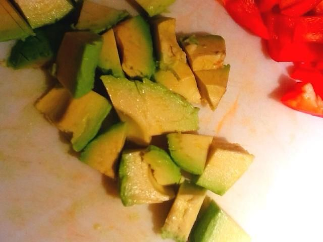 Picar el aguacate en trozos de 1/2 pulgada. Si puedes't get the avocado out of its skin, after cutting it in half, a spoon stuck between the fruit and skin at the widest end will help slide it out!