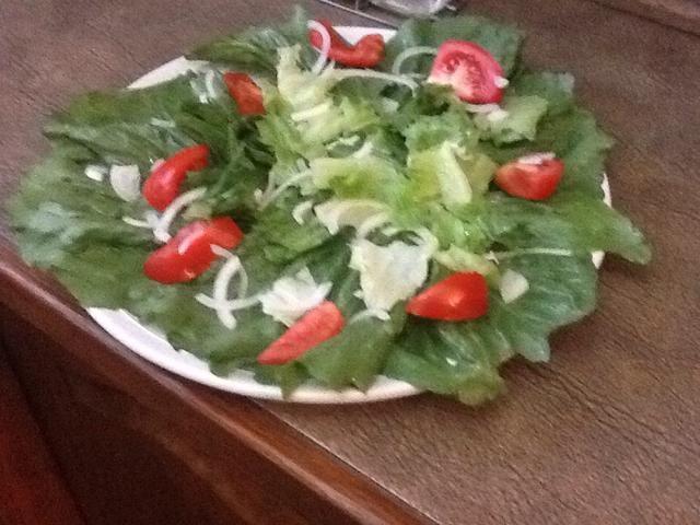Cortar la lechuga, el tomate, la cebolla, el ajo, añadir sal, pimienta, aceite de oliva
