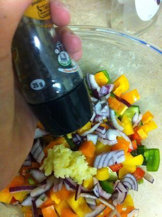 Agregar la pimienta recién molida de su molino de pimienta.