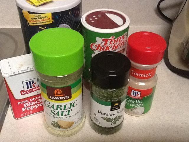 Siguiente paso preparar sus condimentos. Tenemos la sal, la pimienta, el de Tony Chachere's spicy seasoning, garlic powder, garlic salt and parsley.