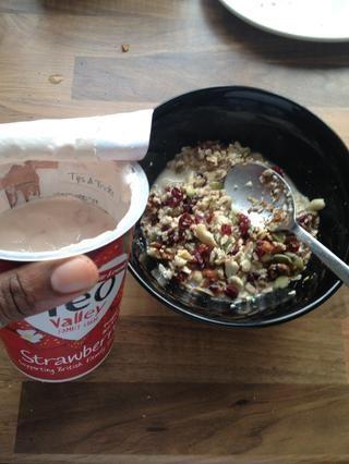 Añadir la cantidad medida de yogur a la mezcla oaty