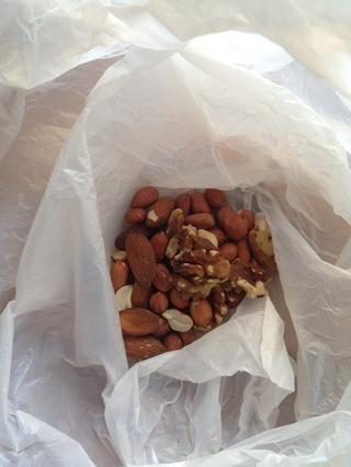 Añadir las nueces a una bolsa- vamos a aplastarlos!