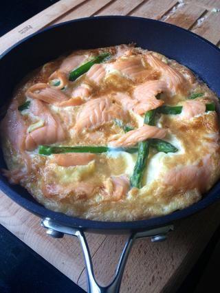 Una vez que los huevos han subido y la frittata se parece a esto, retírelo de la parrilla. Tenga cuidado, ya que el asa del recipiente puede estar muy caliente.