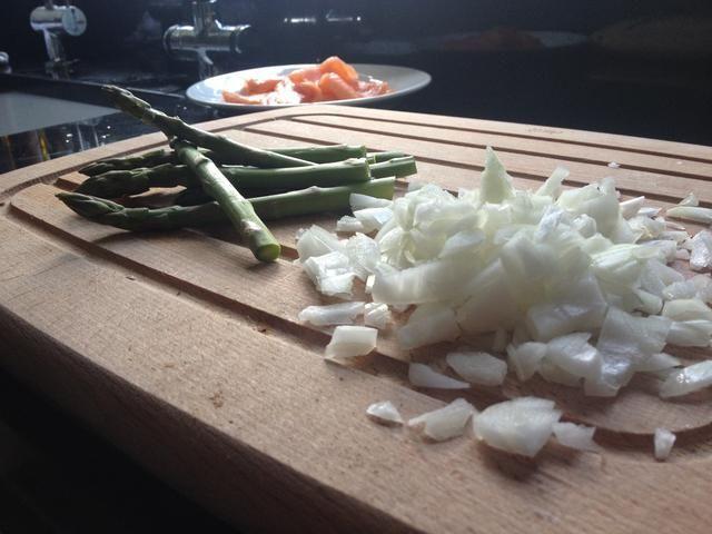 Entonces, más o menos picar cebollas y tomar los extremos difíciles fuera de los espárragos.