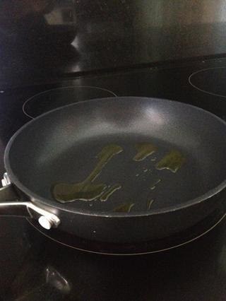 Mientras que el espárrago es la cocción, añadir un poco de aceite a una pequeña, sartén caliente. Si su sartén es antiadherente ganaste't need very much, otherwise, add a little more.