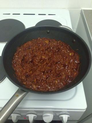 Una vez cocido a fuego lento y menor, agregue los frijoles y cocine a través durante 5 minutos.
