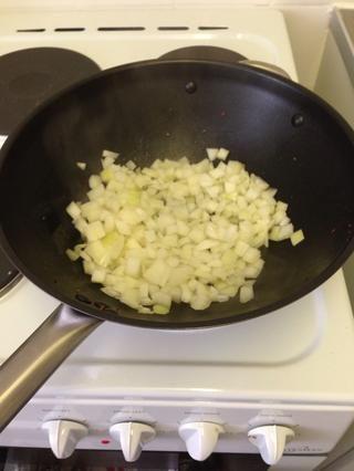 Una vez hecho esto (5 minutos) la transferencia a un plato. Siguiente en la misma sartén / wok añadir otra cucharada de aceite de oliva y saltear la cebolla a fuego medio.