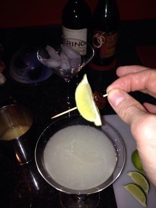Pegue una rodaja de limón wee en él con un palillo y colóquelo en