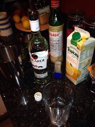 Añadir 50 ml de ron blanco a su vaso mezclador.