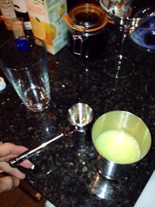 Añadir el jugo de limón 25ml al vaso mezclador