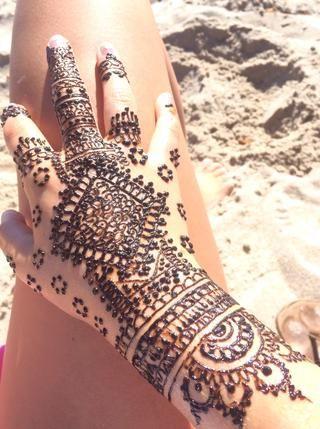 Deje que la henna pasta seca y endurece. Mantener en el mayor tiempo posible para obtener mejores resultados.