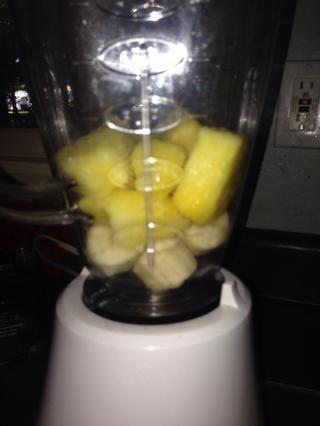 Cogí una taza de piña congelada ... me sentía tropical. Esto va con el plátano congelado. Usted puede escoger cualquier fruta que quieras.