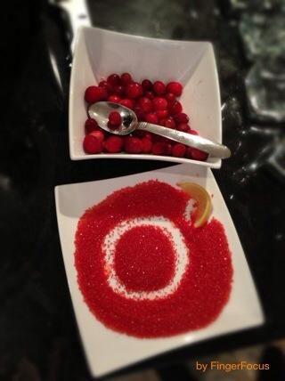 Sumergir la parte superior del cristal de azúcar para crear el borde azucarado.