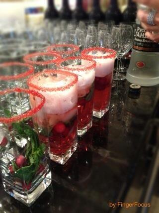 Añadir un trago de vodka y el refresco de arándanos.