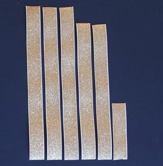Cortar la cinta en tiras: tres tiras de 9,5 pulgadas, dos tiras de 8,5 pulgadas y una tira de 3,5 pulgadas. Siéntase libre de experimentar con el uso de la cinta más estrecho y por lo tanto más tiras.