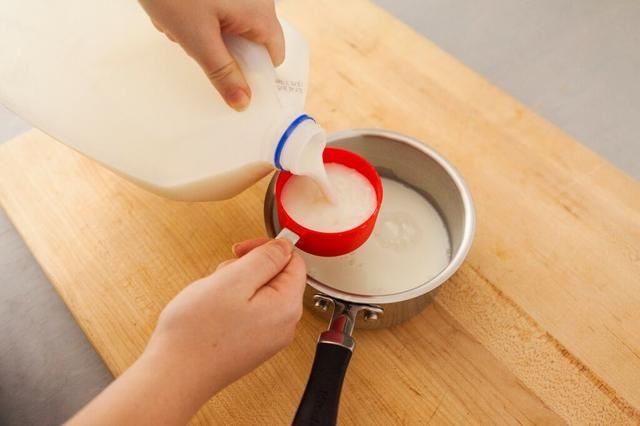 Añadir 1 1/2 tazas de leche sin grasa a una cacerola mediana.