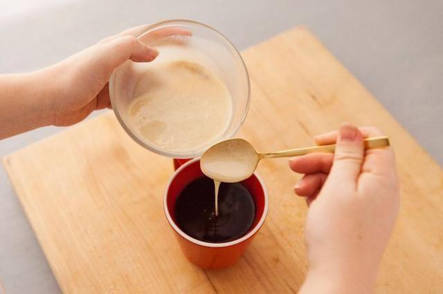 Chai Divide entre 4 tazas. También dividir la mezcla de leche condensada entre 4 tazas.