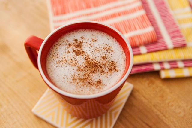 Tan delicioso para el otoño! Receta inspirada por: http://foodnetwork.com/recipes/giada-de-laurentiis/homemade-chai-latte-recipe.html
